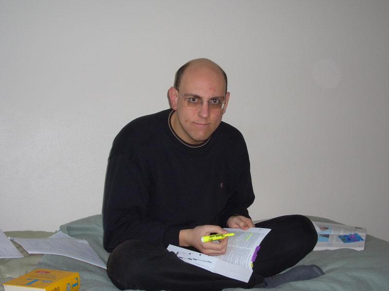 """Ich beim Lernen. Das ist mein """"Lieblingsbuch""""."""