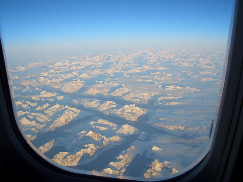 Nach ca. 4 Stunden Flug ... Land in Sicht ... Grönland!